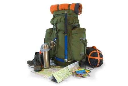 Travel Backpack: Mochila con equipamiento tur�stico - aislados en blanco
