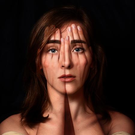 Surrealistyczny portret młodej dziewczyny obejmujące jej twarz i oczy jej hands.Double ekspozycji