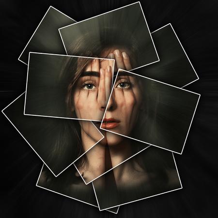 Surreal portret van een jong meisje dat haar gezicht en ogen met haar handen bedekt, het gezicht glanst door handen, het gezicht is verdeeld in veel delen door kaarten, dubbele blootstelling