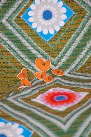 orange peel clove: Cuori di buccia d'arancia secca e chiodi di garofano trafitto posati su tessuto di spessore