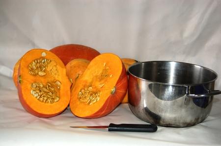 samhain: Reducido a la mitad de calabaza, olla brillante y cuchillo