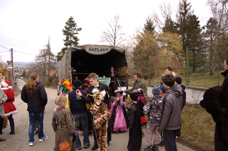 pokey: CISOVICE, MNISECKO (CENTRAL BOHEMIA), CZECH REPUBLIC - FEBRUARY 28: 8th year according to the old Czech tradition renewed Carnival procession February 28, 2015 in Cisovice village. Parade organizes Voluntary fire brigade. Participants go house by house.