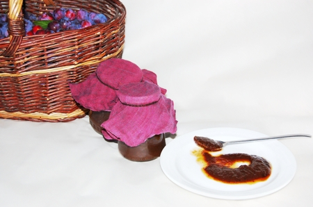stark: Stilleben mit einem Korb der Pflaumen und Mirabellen jam - modifizierten Bilder mit stark hervorgehobenen Farben