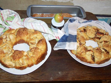 Circular chala in the shape of wreath, with apples and cinnamon - variation on Rosh ha-shana traditional food