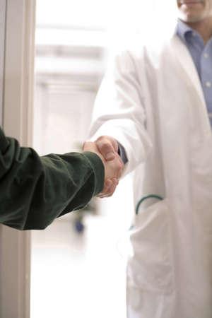 A handshake between doctor and patient LANG_EVOIMAGES