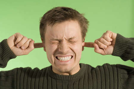 ruido: Hombre de cierre los ojos al tiempo que cubre las orejas  LANG_EVOIMAGES
