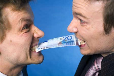 gezichts uitdrukkingen: Twee zaken mannen bijten op een bank biljet met boze gezichtsuitdrukkingen