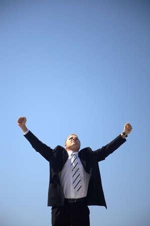 arms wide: Uomo d'affari con le braccia spalancate