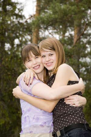jeune fille adolescente: M�re et fille longeant les uns des autres LANG_EVOIMAGES