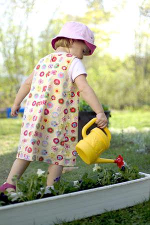 regando plantas: Chica regar las plantas
