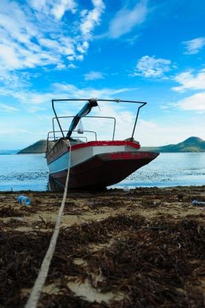 Resting boat by rope besid Srinakarintra dam,Kanchaburi,Thailand 版權商用圖片