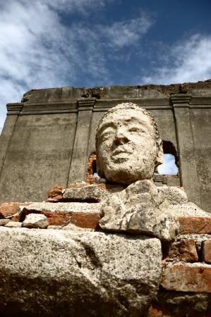 Stone buddha head at Wat saam prasob, aka the sunken temple, located in sangkhlaburi, kanchanaburi, thailand 版權商用圖片