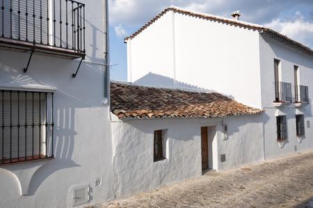 baranda para balcon: Casas blancas tradicionales en la ciudad de Grazalema, España. Este pueblo es parte de los pueblos blancos-blancos pueblos-en la región sur de España Andalucía