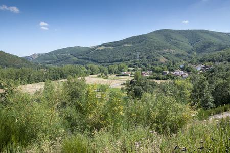 arboleda: Vistas de Nocedo de Gordon, una pequeña ciudad en el municipio de La Pola de Gordón, en la provincia de León, España