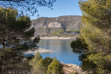 hectares: Views of Buendia Reservoir, in the upper waters of the river Tagus, Cuenca, Castilla La Mancha, Spain. The surface area of the reservoir measures 8,194 hectares, and it can hold a total of 1,638 cubic hectometres. Stock Photo