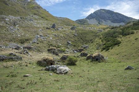 伝統的な羊飼いの建物, Somiedo 自然保護区、アストゥリアス、スペインで発見します。キャビンの山々 に散在しています。Sousas 渓谷で撮影した写真