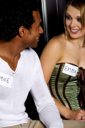 El hombre y la mujer durante speed dating