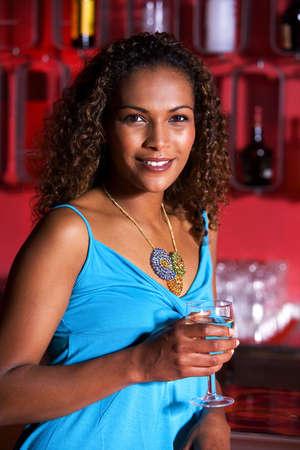 Mujer la celebraci�n de un vaso de agua  LANG_EVOIMAGES