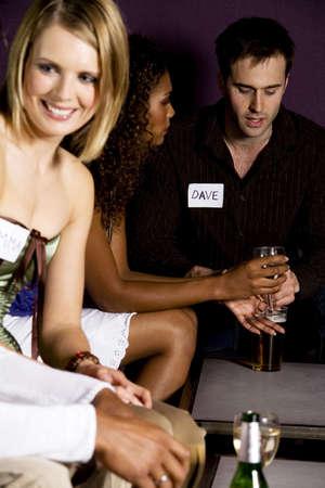 Los hombres y las mujeres durante speed dating