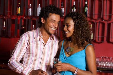 El hombre y la mujer en un bar