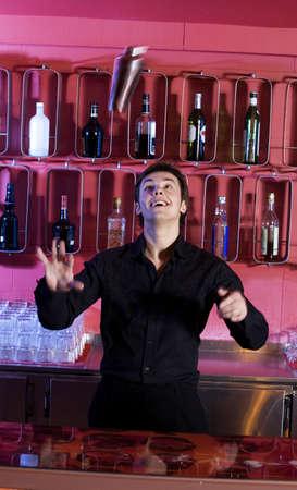 Barman mezcla de bebidas