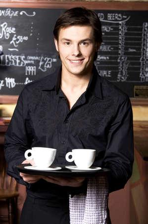 Camarero con dos tazas de caf� en la bandeja