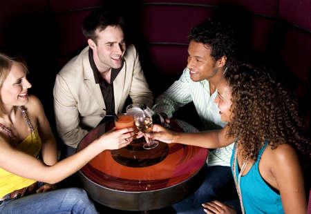 Los hombres y las mujeres brindando con champ�n en un bar  LANG_EVOIMAGES