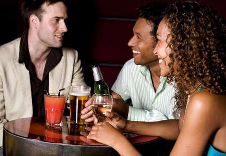 Amigos salir en el bar