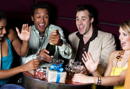 Los hombres y las mujeres la celebraci�n de cumplea�os en un bar