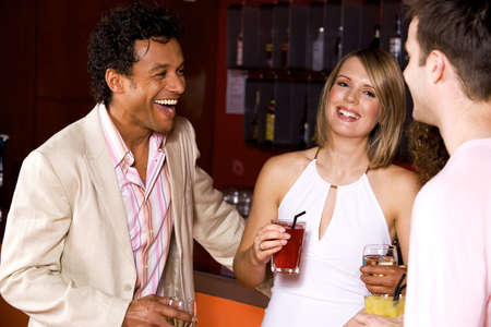 El hombre y la mujer charlando y bebiendo en un bar