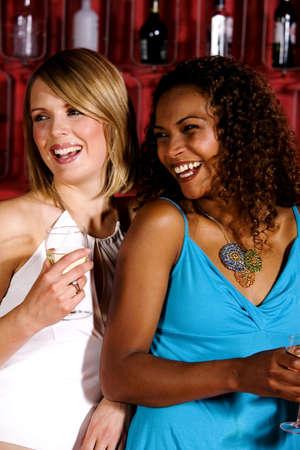 Dos mujeres en un bar