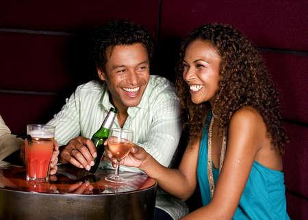 El hombre y la mujer en el bar