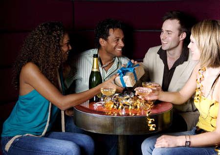 Los hombres y las mujeres la celebraci�n de cumplea�os en un club