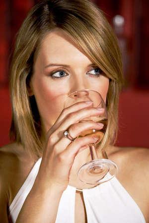 Mujer de beber un vaso de bebida alcoh�lica