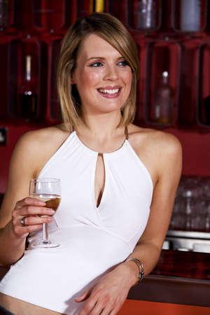 Una mujer con un vaso de bebida alcoh�lica  LANG_EVOIMAGES