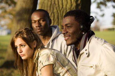 El hombre y la mujer salir en el parque  LANG_EVOIMAGES
