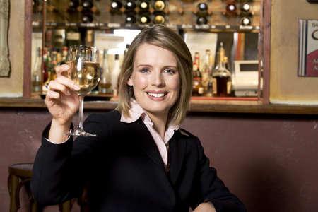 Empresaria con un vaso de bebida alcoh�lica