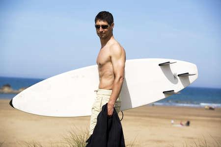 El hombre la celebraci�n de tablas de surf