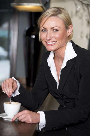 Empresaria con una taza de caf�