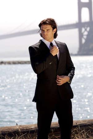 Hombre posando con Golden Gate Bridge en el fondo
