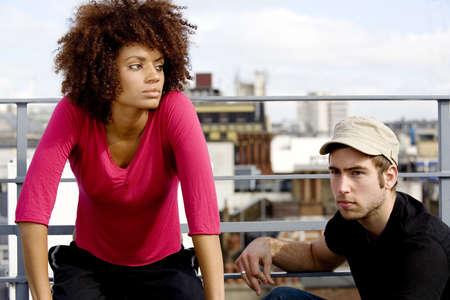 El hombre y la mujer salir a la azotea