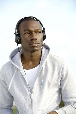 Hombre escuchar m�sica en los auriculares