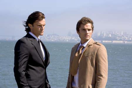 Dos hombres de negocios que buscan fuera  LANG_EVOIMAGES