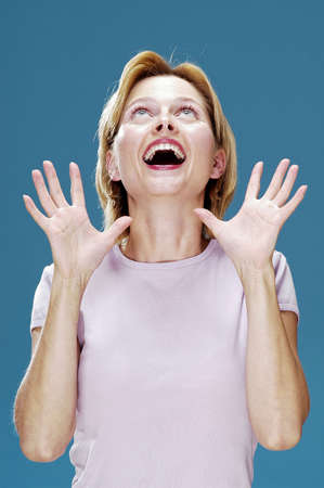 jubilating: Woman looking up while screaming. LANG_EVOIMAGES