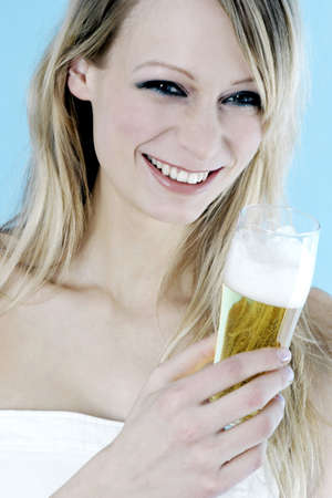 Woman holding a glass of beer. LANG_EVOIMAGES