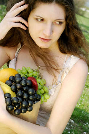 Woman holding a bag of fruits. LANG_EVOIMAGES