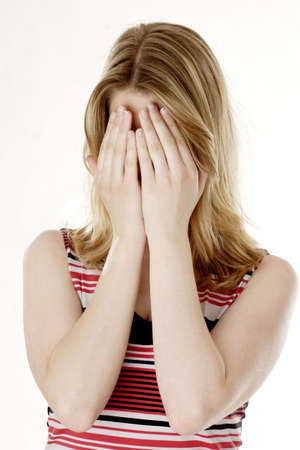 ashamed: Mujer que cubre su cara con sus manos.  LANG_EVOIMAGES