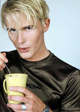 hot temper: Hombre strirring su taza de caf�.