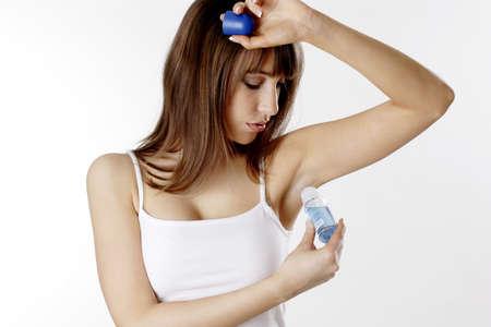 tufo: Mujer aplicaci�n de desodorante en su underarm.  LANG_EVOIMAGES