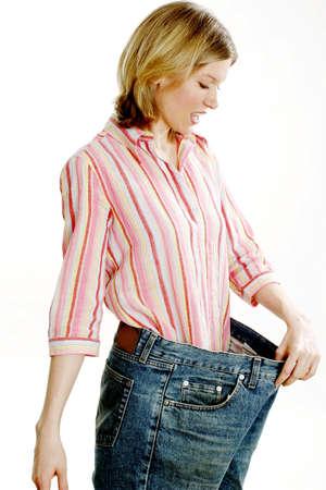 przewymiarowany: Kobieta w jej stare dżinsy po utracie wagi.